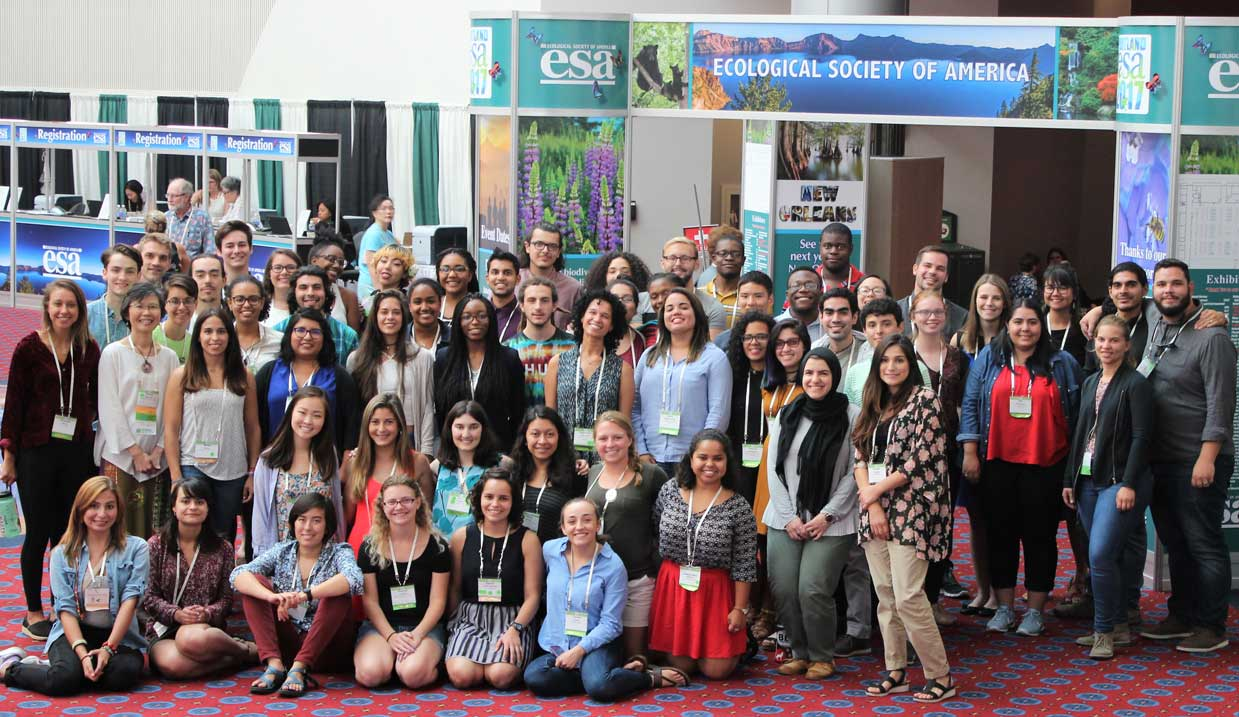 A group of students gather for a group shot at an ESA Annual Meeting.